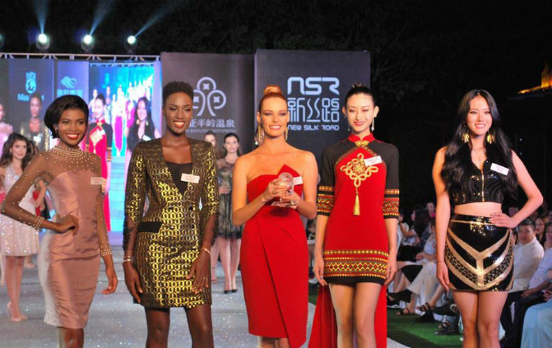 As finalistas do Top Model, da esquerda para a direita: África do Sul, Senegal (3), França (vencedora), China (2) e Coréia do Sul.