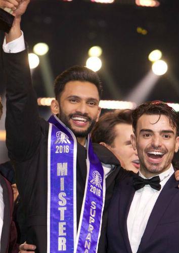 O representante da Índia vence o Mister Supranational 2018 e é parabenizado pelo Mister Colômbia (foto: Milton Mieloch)