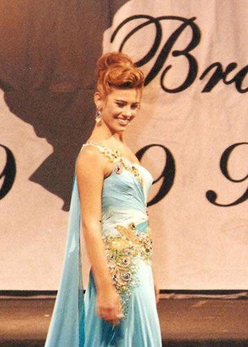 Paula Carvalho foi eleita Miss Brasil World 1999 e competiu em Londres.
