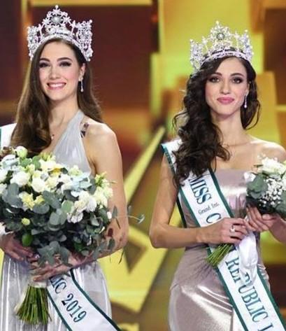 Denisa (esquerda) foi eleita Miss República Tcheca 2019 e irá ao Miss Mundo. Maria (direita), a primeira vice-miss, é a Miss Grand República Tcheca 2019.