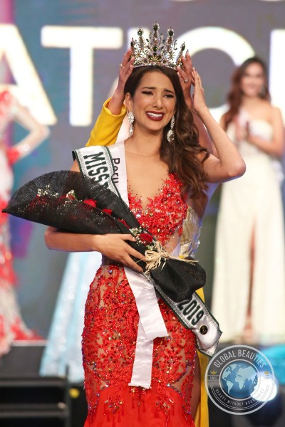 Momento de emoção da representante do Perú, eleita Miss Eco International 2019 (foto Leonardo Rodrigues / Global Beauties).