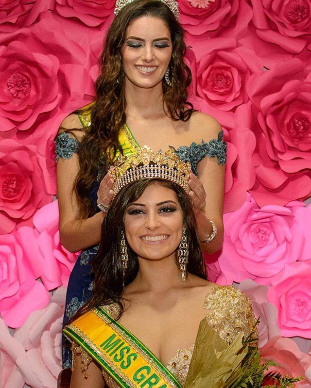 Relembrando um momento mágico: Miss Grand Brasil 2016 @arenatasena coroando a Miss Grand Brasil 2017, @venturinicaarol 💗💗 A coroa foi do Mato Grosso do Sul para o Rio Grande do Sul, em cerimônia realizada em Tramandaí #missgrandbrasil