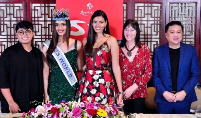 Julia Morley, presidente do Miss World, em conferência de imprensa nas Filipinas: transgêneros passam a ser aceitos nos concursos Miss e Mr World.