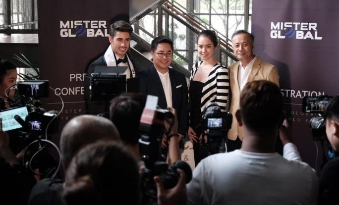O Mister Global Dario Duque, dos EUA, e os organizadores do Mister Global 2019, em conferência de imprensa na Tailândia.