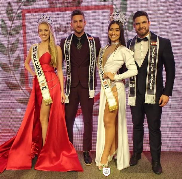 ( Da esquerda para a direita: Elizama Aguilar, Miss Santa Catarina CNB 2019, Luan Olescowc, Mister Santa Catarina CNB 2020, Isadora Pereira, Miss Santa Catarina CNB 2020, e Luan Antonelli, Mister Santa Catarina CNB 2019 ).