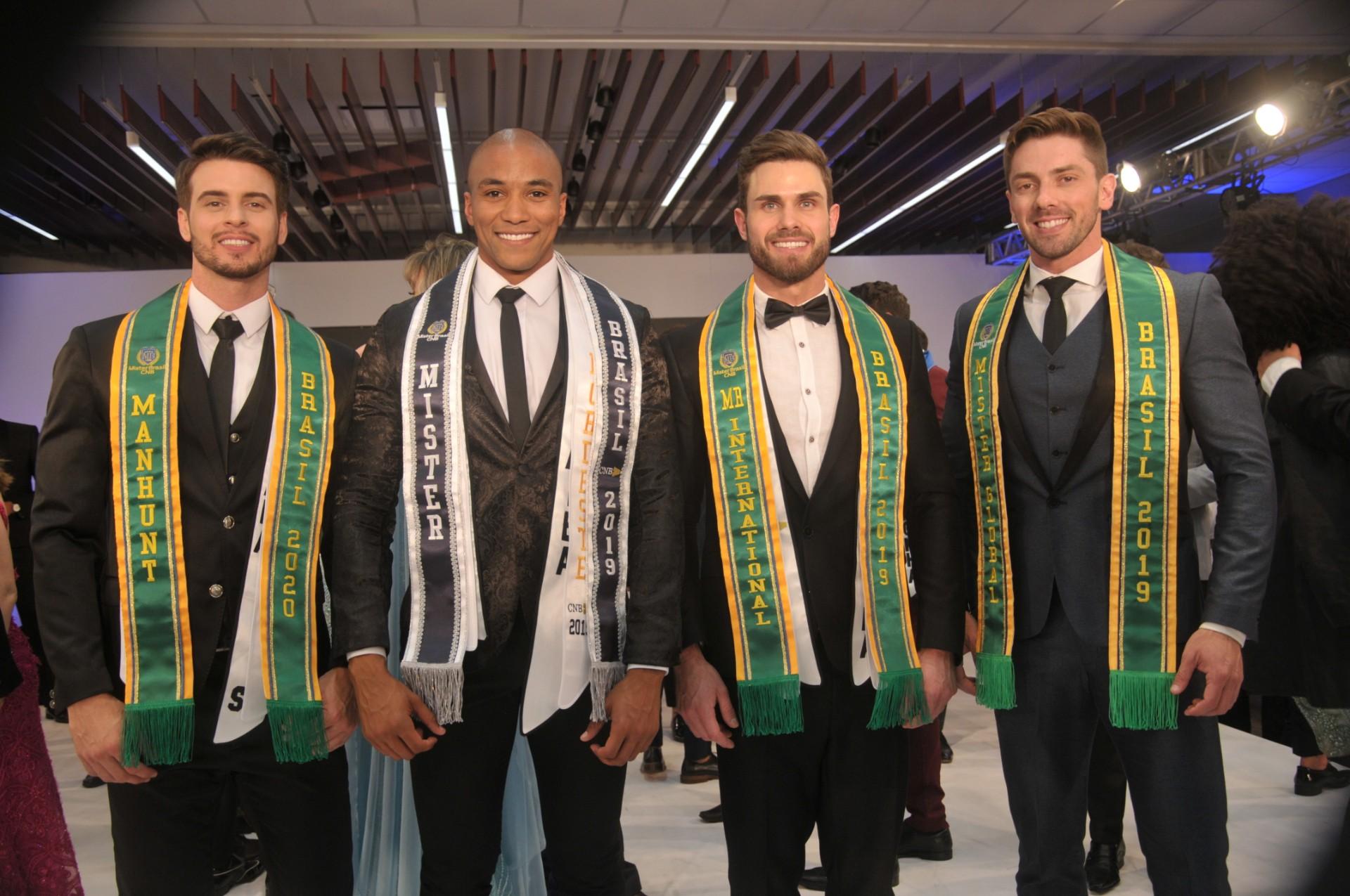 """4 dos nossos 5 representantes do """"Grand Slam"""": Matheus Giora (Manhunt International), Ítalo Cerqueira (Mister Supranational), Luan Antonelli ( Mister International) e Gil Raupp (Mister Global)."""