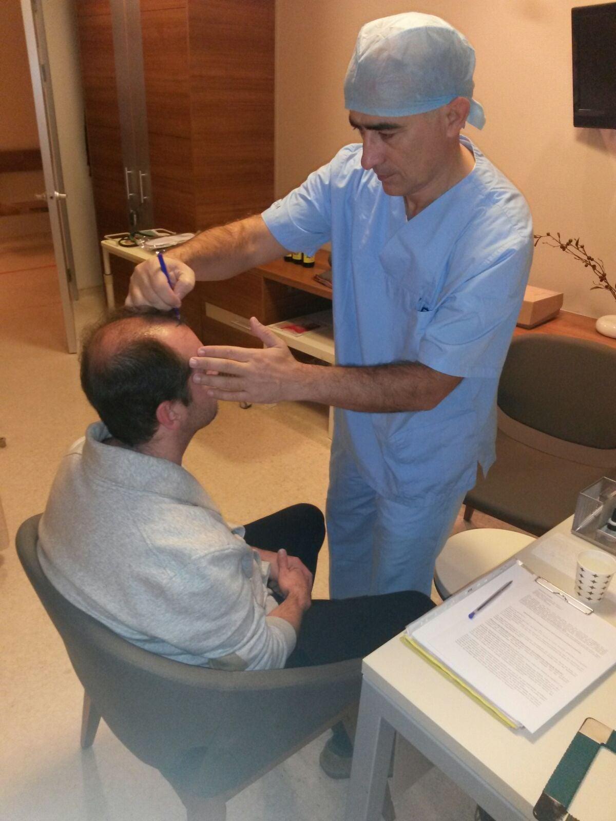 .....das eintragen der zukünftigen Haarlinie von  Dr. Sahinoglu  am 16.12.2015
