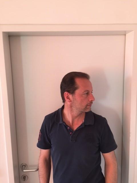 März 2017: Schön langsam haben alle transplantierte Haare ihren Weg nach draussen gefunden. Das ich über die gelungene Haartransplantation mehr als glücklich bin, muss ich euch wohl nicht sagen. Meine Eintscheidung dass die  Haartransplantation in der Türkei bei Prof. Dr. Sahinoglu und Health Travels  druchgeführt wird war zu 100% richtig. Aufgrund des höheren Graftresulatats sowie die um 70% günstigere Preise war es eine meiner besten WIN WIN Situationen in meinem Leben.....! Tun oder lassen ist die Devise...! Alles Gute Gregor Guggemos  FERTIG :-)