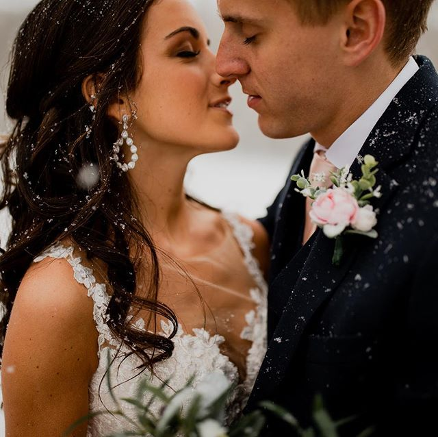 Blizzard weddings in April, oh sureeee! 😝❄️ Wisconsin weather is always keeping us on our toes! Although I'm sure when Michael + Sadie were planning their April 27th wedding they didn't technically have snow in mind 😆 - but sometimes you just gotta go with it + create some snowy wedding magic! ✨🥰❄️ Planning: @megallyseweddings  Venue: @thebowerybarn  Make up:@rachelfranson_beauty  Dress: @buccisbridal • • • • • #wisconsinbride #bride #realbride  #weddinginspo #risingtidesociety  #wibride  #wisconsinwedding  #wisconsinblogger #engaged  #midwestphotographer #justalittleloveinspo #loveintentionally #weddingdress #lace #emotion #weddingphotography #bridal #milwaukeeweddingphotorapher #thatsdarling #huffpostido #lovestories #wildhairandhappyhearts #belovedstories #muchlove_ig #wildandcrazylove #unvonventionaltogs #wisconsin #snow #blizzard #winterwedding