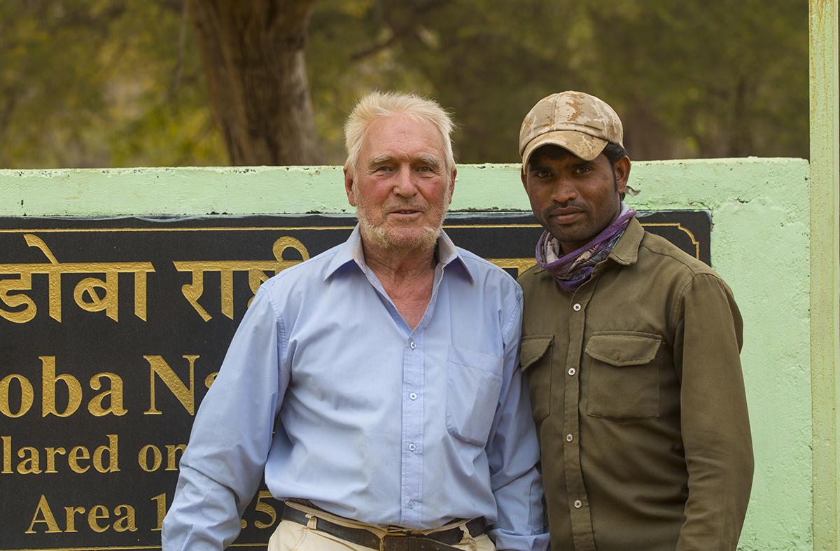 Tiger-Tour  Dr. E. Weit mit Mubarak unserem Fahrer am Eingang zum Tigerschutzgebiet.  Tadoba, Indien  April 2019