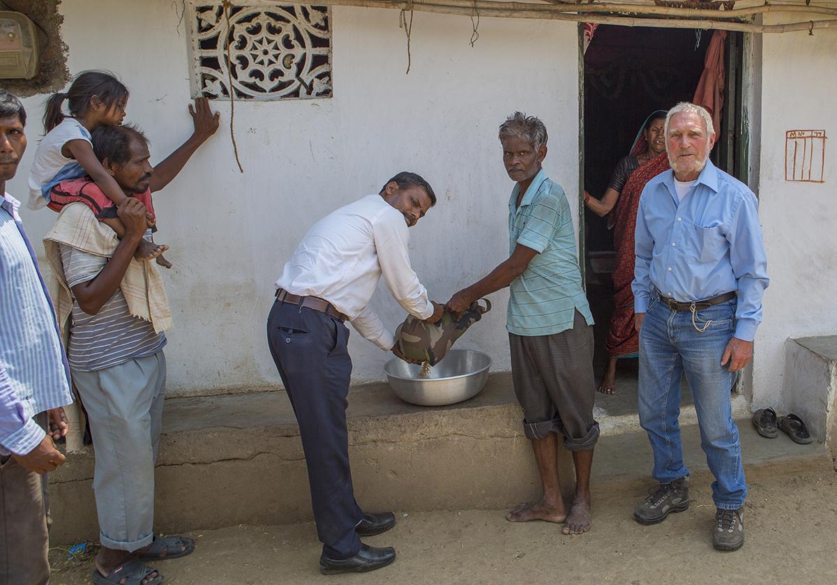 Den Inhalt des Bohnensackes ( 5 Kg) verschenkten wir an einen Bauern im nahegelegenen Dorf.