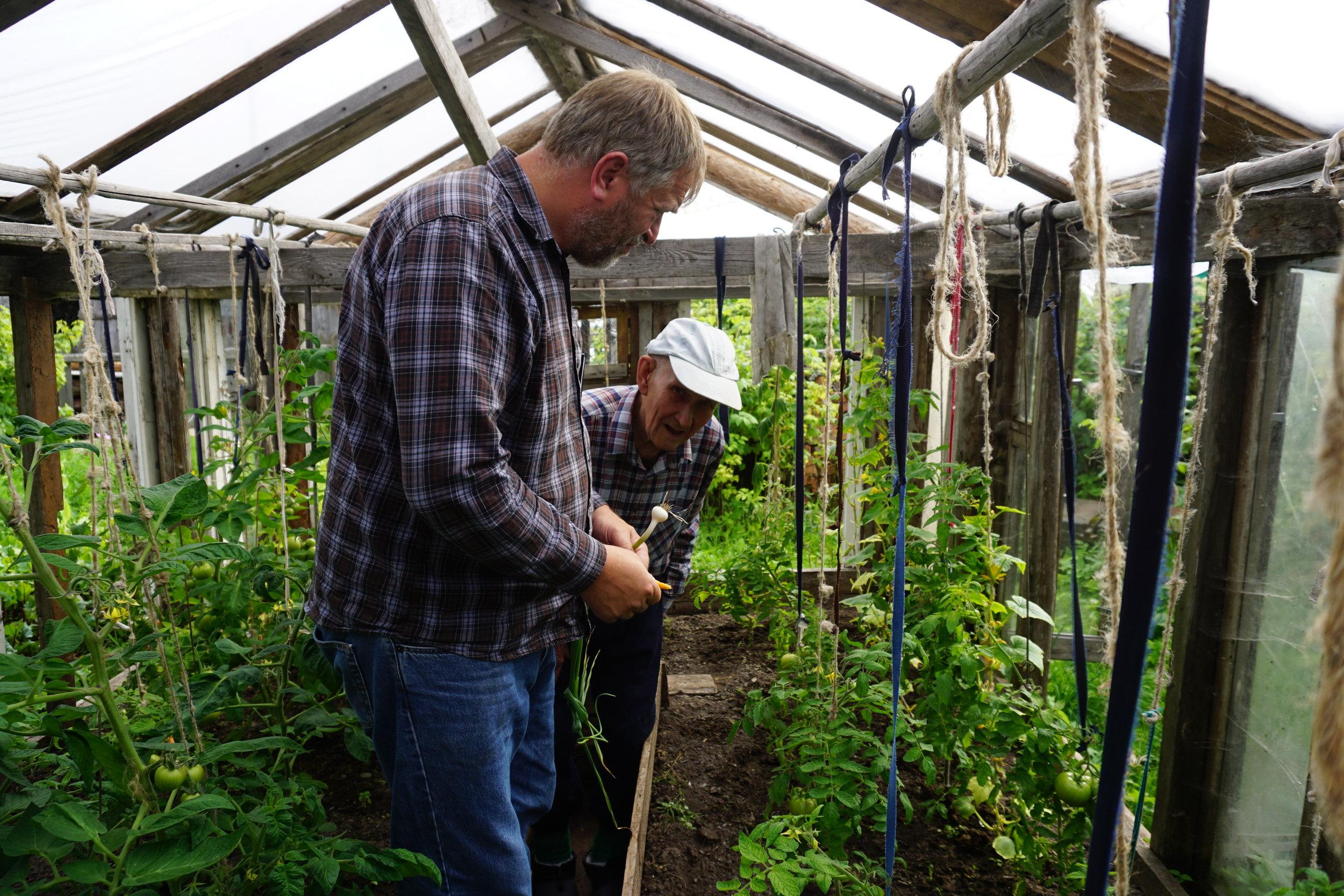 Gjenbruk av alt fra glass, reisverk og tau til oppbinding, er for mange helt nødvendig for å få endene til å møtes - og tomatene smaker jo det samme.