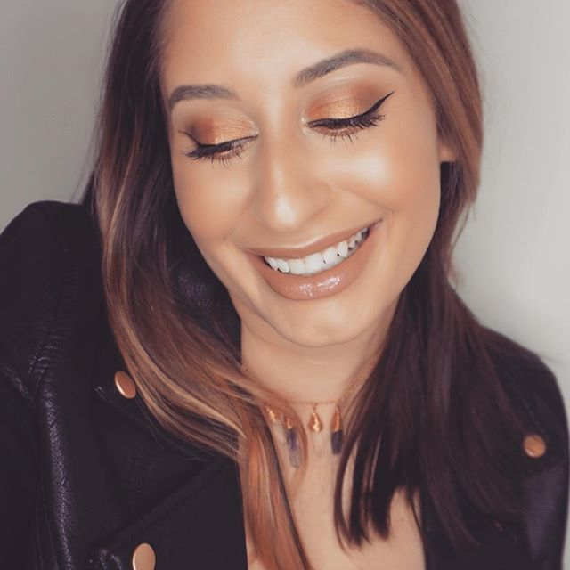 "Smile more 😁  @maccosmetics ""amber lights"" on the lid @littleliesbetween  crystal choker necklace . . . . . #mac#maccosmetics#mua#makeup#makeupartist#live#love#bridal#anberlights#photography#selfie#smilemore#smile#tones#blogger#beauty#beuatyblogger#bridalmakeup#glow#highlighter#jeffreestarcosmetics#abh#anastasiabeverlyhills#proglow"