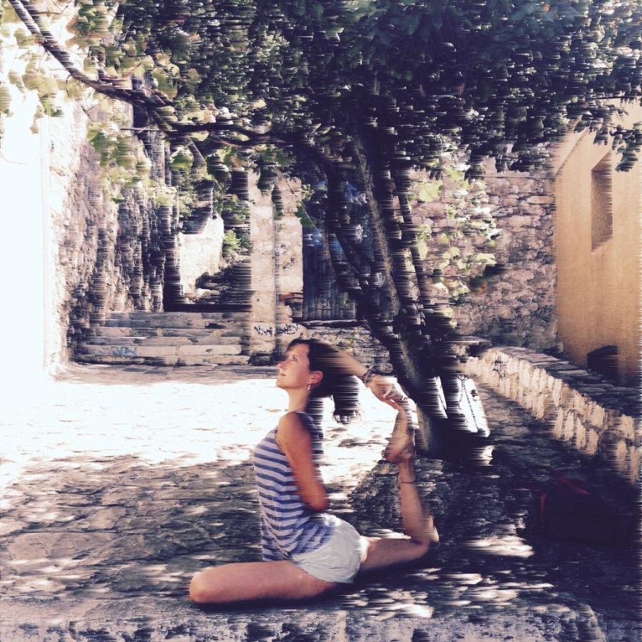 ANISSA - a découvert le Yoga pour la première fois en étudiant la danse contemporaine à Londres. Elle recherchait une pratique qui soutienne son entraînement de danse, et le Yoga est rapidement et naturellement devenu une philosophie pour elle à suivre, une manière de vivre. Elle s'est entraîné avec de l'Ashtanga Vinyasa Yoga à It's Yoga International avec Jamie Blowers, au Pays de Galles, et a continué à développer sa pratique en suivant divers entrainements dans de différentes écoles. Ses cours sont dynamiques, connectant le mouvement avec la respiration. Quelques postures sont tenues pour quelques respirations, mais un vinyasa dynamique vient aussi s'intercaler pour dynamiser le corps.«Le soleil est un rappel quotidien que nous aussi nous pouvons nous élever des ténèbres, que nous aussi nous pouvons rayonner notre propre lumière ».