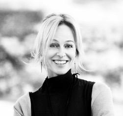 Hilde - D'origine norvégienne, Hilde vis en Suisse depuis de nombreuses années. Elle a découvert le Yoga il y a quinze ans, alors qu'elle traversait un moment difficile dans sa vie ; elle s'est alors retrouvée sur un tapis de Yoga, et elle a réalisé les bienfaits de cette pratique.« Les séances de Yoga sont des moments privilégiés que l'on s'accorde à soi-même » Réalisant à quel point cela a permis d'améliorer son quotidien, elle a décidé d'entreprendre une formation pour enseigner le Yoga. A Genève, elle a tout d'abord obtenu le certificat de Power Yoga, puis elle est partie à Ubud à Bali pour une seconde formation centrée sur Vinyasa-Ashtanga, reconnue par «Yoga Alliance».A son retour, elle a eu envie de transmettre le secret du Yoga et de la Méditation car ils lui ont appris à mieux vivre avec les autres et avec elle-même, en pleine conscience de l'instant présent. C'est ce que le Yoga lui a enseigné et c'est ce qu'elle essaye de transmettre.En plus du Yoga, elle est sensible au contact avec la nature, au plaisir de créer et aux rencontres avec des personnes de tout horizon.