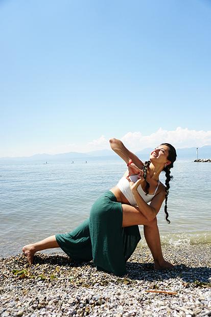 Victoria - Enrichie par la diversité culturelle lors de ses voyages depuis son enfance (Amérique du sud,Europe, Asie), Victoria adore découvrir des nouvelles cultures et partager les connaissances qu'elle acquiert au fil du temps. Cela la caractérise comme étant une personne au grand coeur et en quête continue d'aventures.Durant son adolescence, elle a participé à des tournois de natation, d'athlétisme et de VTT. Cela l'a amenée à s'intéresser à la bio-mécanique et à l'alignement du corps humains ; découvrant le Yoga et l'adoptant au quotidien depuis 2008. Suite à un évènement familial,Victoria s'est imprégnée des arts du yoga, du reiki, du mantra et de la méditation. Ainsi,cela lui a permis d'éclair er le chemin de sa vie et celui des êtr es qui l'entour ent.