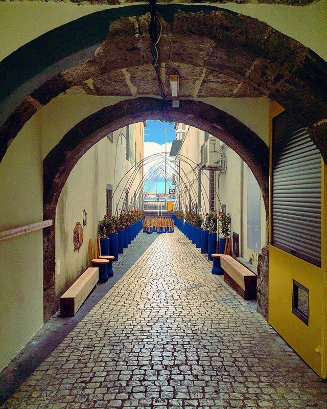 Do this arch and alley not seem to be home to much? Well, hidden away here is a bar...stop by here at night and see a totally different picture!