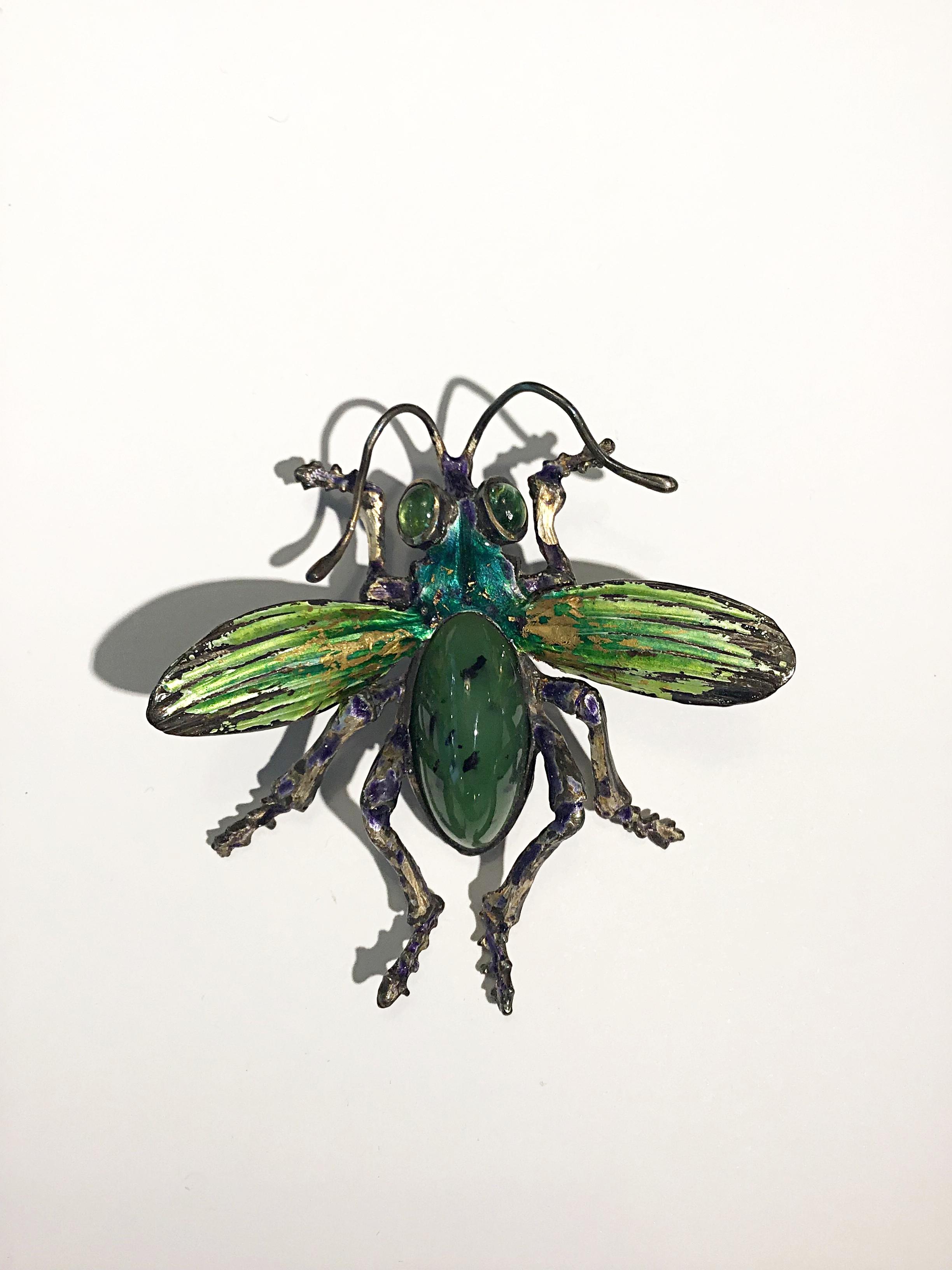 Insekt aus Silber mit Jade und Turmalin, farblich emailliert.