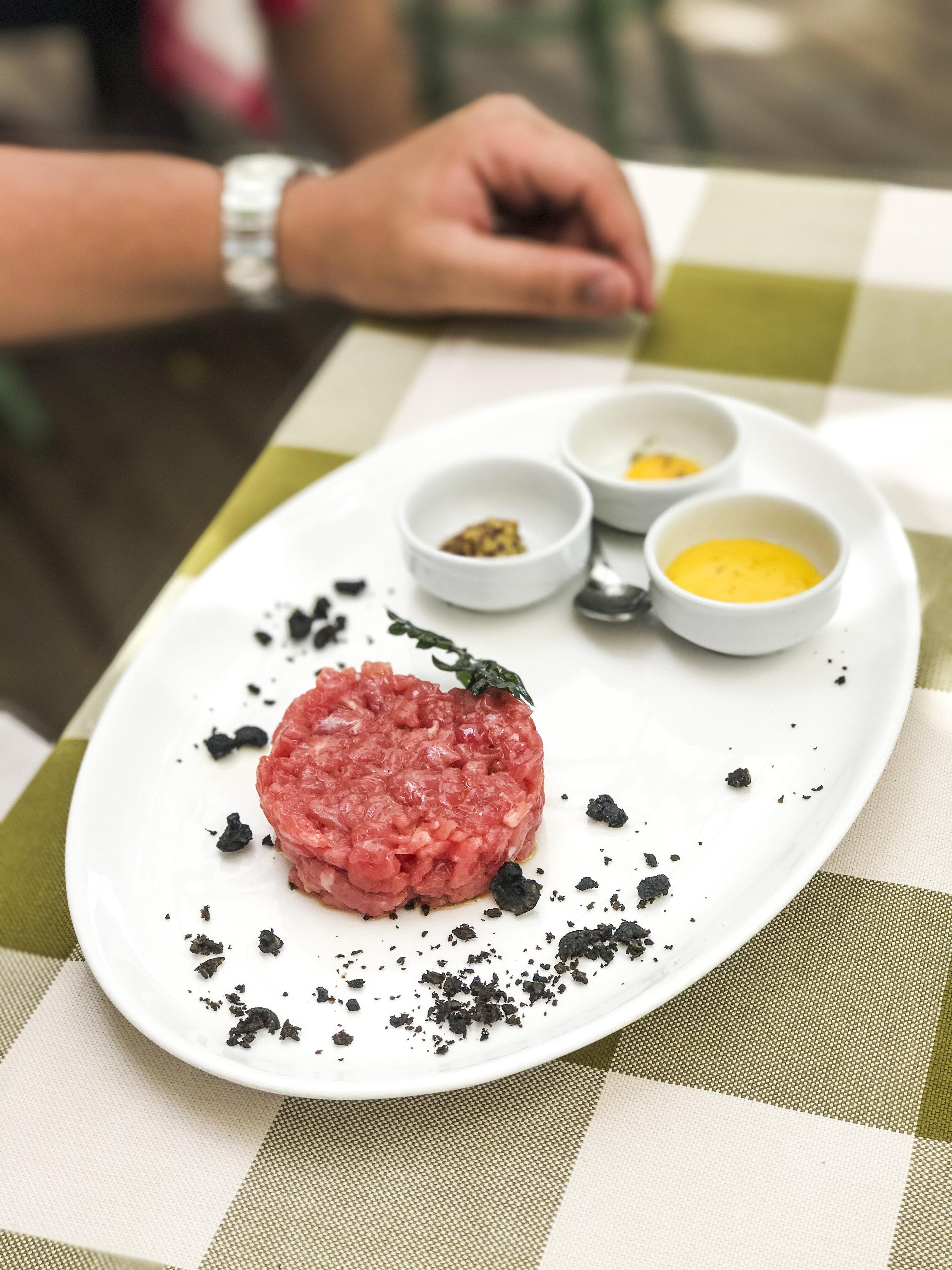 Tartare di manzo battuta al coltello con i suoi condimenti ~ Beef tartare, with dressings on side