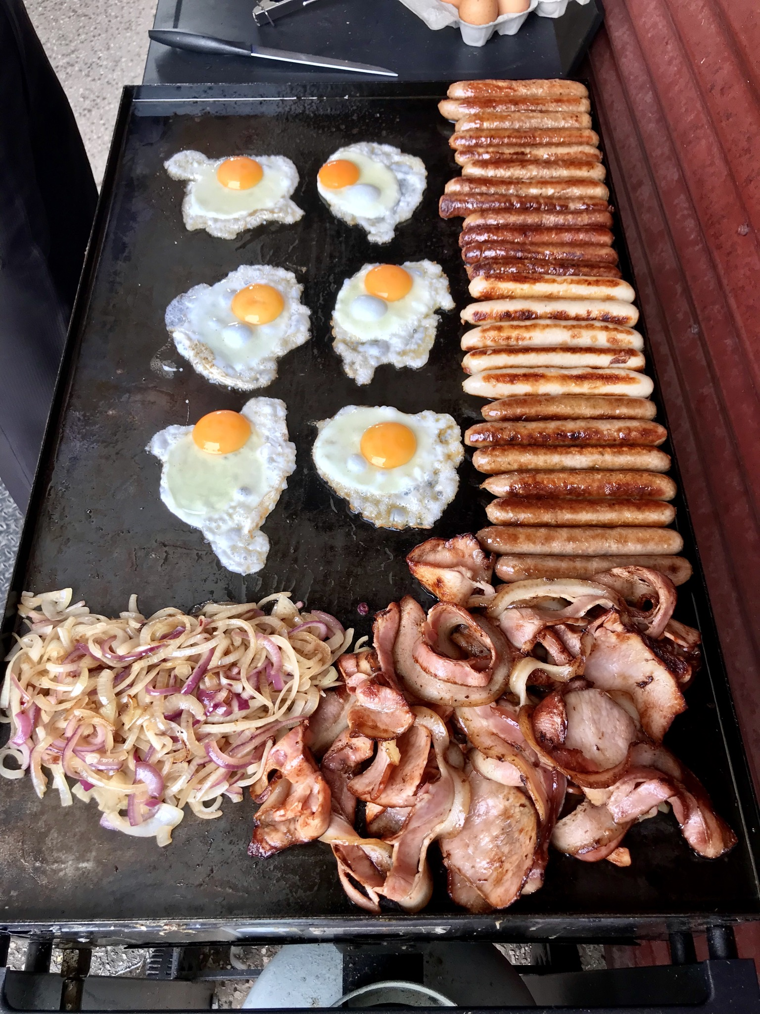 Australian_BBQ'd_breakfast_sausages,_bacon_and_fried_eggs.jpg