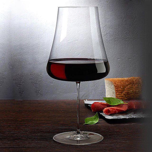 """Vi presenterer STEM ZERO fra @nudeglass - laget med vår """"Ion Shielding Technology""""som gjør glassene til verdens sterkeste, men fineste krystalinglass.  Du kan si det er vakkert sterk.  Stem Zero har et enkelt utvalg av de elegante og svært sofistikert glassene. Disse er laget for å tilfredsstille den mest kresne vinkjenneren.  Eleganse personifisert i disse perfekt utformede klokkene, gir hver enkelt glass sine helt egne egenskaper og vinen beholder både aroma og fizz. @roamdk #rødvinsglass"""
