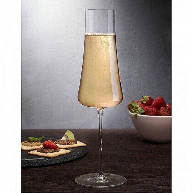 """Vi presenterer STEM ZERO fra @nudeglass - laget med vår """"Ion Shielding Technology""""som gjør glassene til verdens sterkeste, men fineste krystalinglass.  Du kan si det er vakkert sterk.  Stem Zero har et enkelt utvalg av de elegante og svært sofistikert glassene. Disse er laget for å tilfredsstille den mest kresne vinkjenneren.  Eleganse personifisert i disse perfekt utformede klokkene, gir hver enkelt glass sine helt egne egenskaper og vinen beholder både aroma og fizz. @roamdk #champagneglass"""