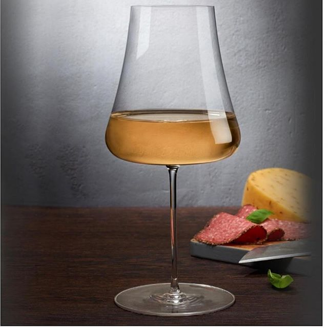 """Vi presenterer STEM ZERO fra @nudeglass - laget med vår """"Ion Shielding Technology""""som gjør glassene til verdens sterkeste, men fineste krystalinglass.  Du kan si det er vakkert sterk.  Stem Zero har et enkelt utvalg av de elegante og svært sofistikert glassene. Disse er laget for å tilfredsstille den mest kresne vinkjenneren.  Eleganse personifisert i disse perfekt utformede klokkene, gir hver enkelt glass sine helt egne egenskaper og vinen beholder både aroma og fizz. @roamdk #hvitvinsglass"""