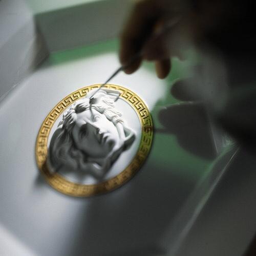 Det er i detaljene bi finner magien- og selv om Rosenthal meets Versace  Médaillon Méandre D'or er det enklest dekorerte serviset i kolleksjonen ligger det mye arbeid bak detaljene. Håndmalt gull er en av dem:)