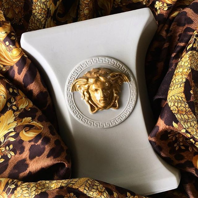 Everyday, is a Versaceday 🖤 Versace Médaillon Méandre D'or ♾ @official_rosenthal Regram @versacemetier