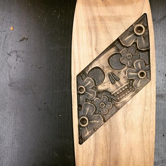 I went through a creative plateau with KAZE. I realized I wasn't challenging myself enough in design and technique. So, I pushed myself with this new design by creating sculptural 3D carvings, adding black paint for contrast, and sanding with a metal brush. I'm really stoked about this design and my passion for building beautiful boards has been reignited🔥🔥🏄🏽