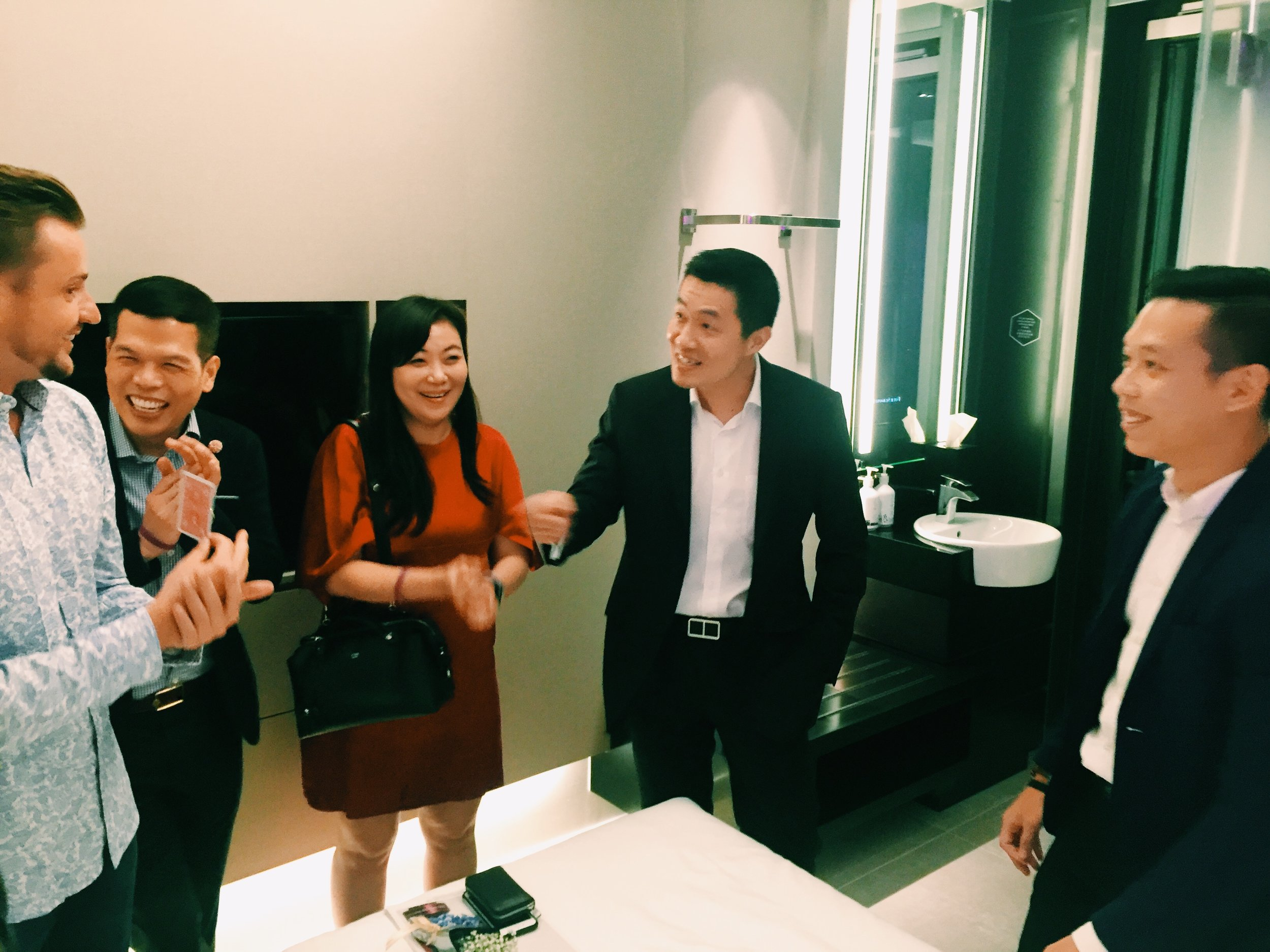 Here we see how Yu Ji's magic astounds and entertains the guests of Yotel!