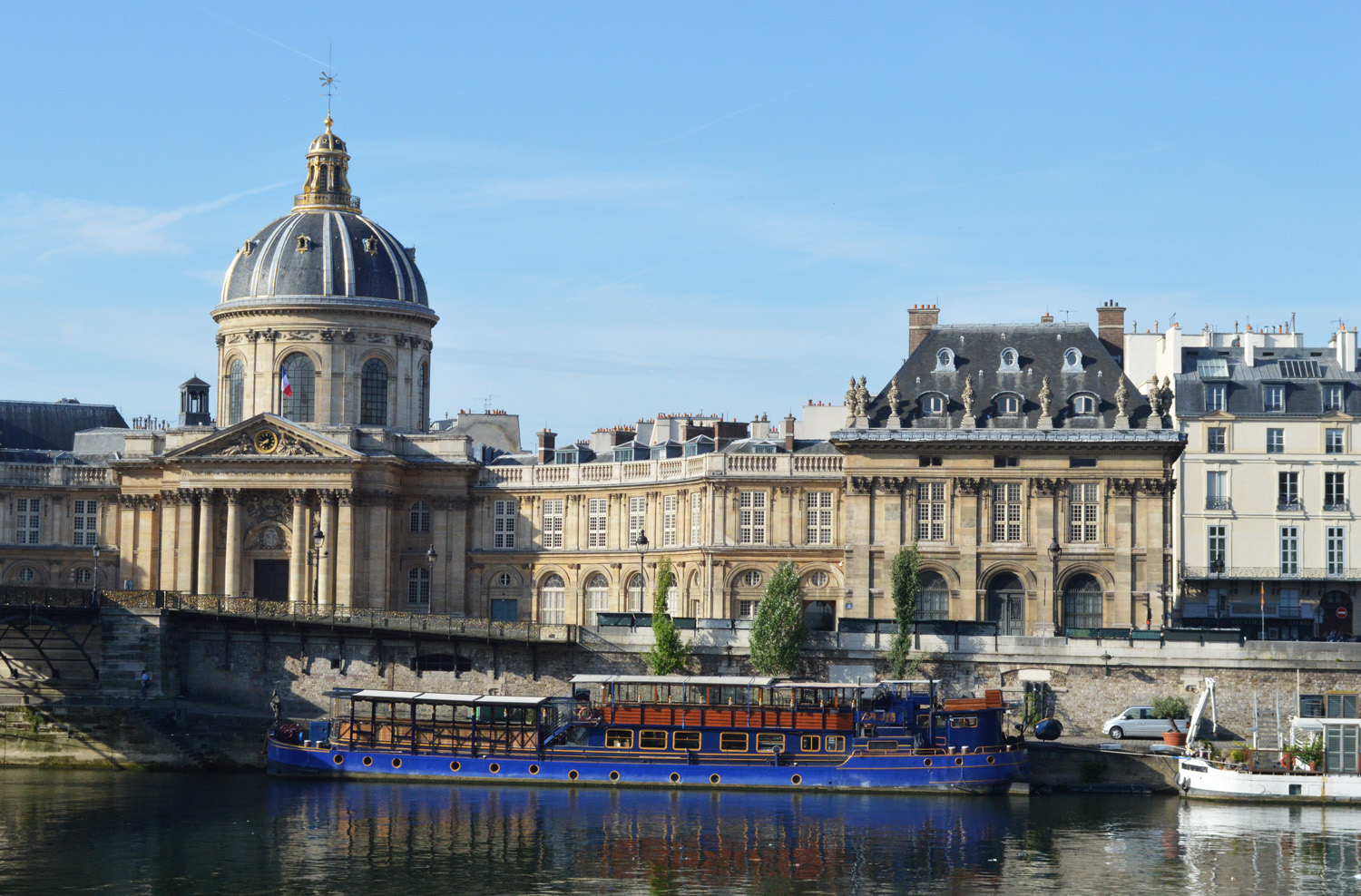 Seine River cruise and views in Paris, France - this article lists 10 amazing things you must not miss in Paris! Have you planned your trip yet? / goseekexplore.com