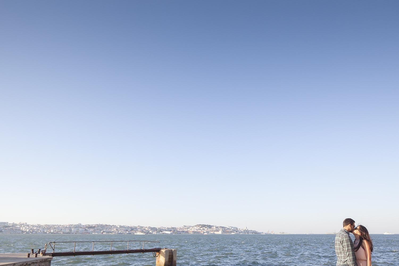 sessao-fotografica-casal-cais-ginjal-terra-fotografia-12.jpg