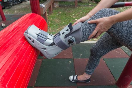79389804_S_medical_boot_woman_injury_lisfranc_ankle_broke.jpg