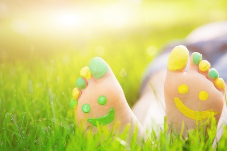 37598668_S_Grass_Smiley_Feet_Toes.jpg