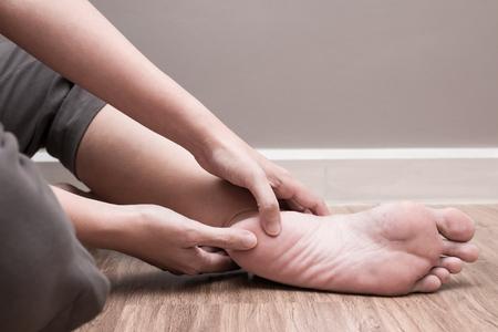 92887130_S_Heel_Pain_foot_injury_man_cramp_hand_finger.jpg