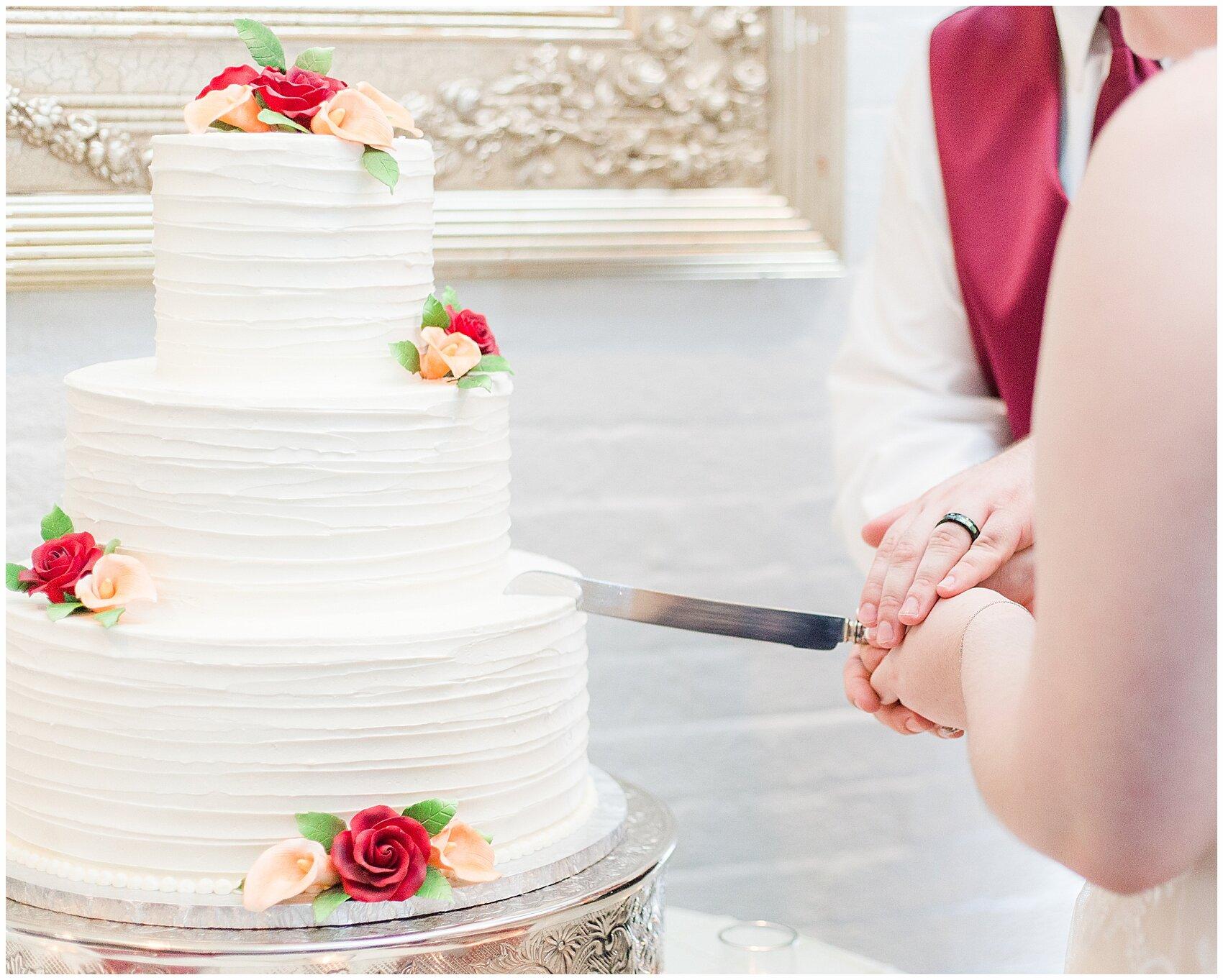 HOW-TO-CUT-A-WEDDING-CAKE_0002.jpg