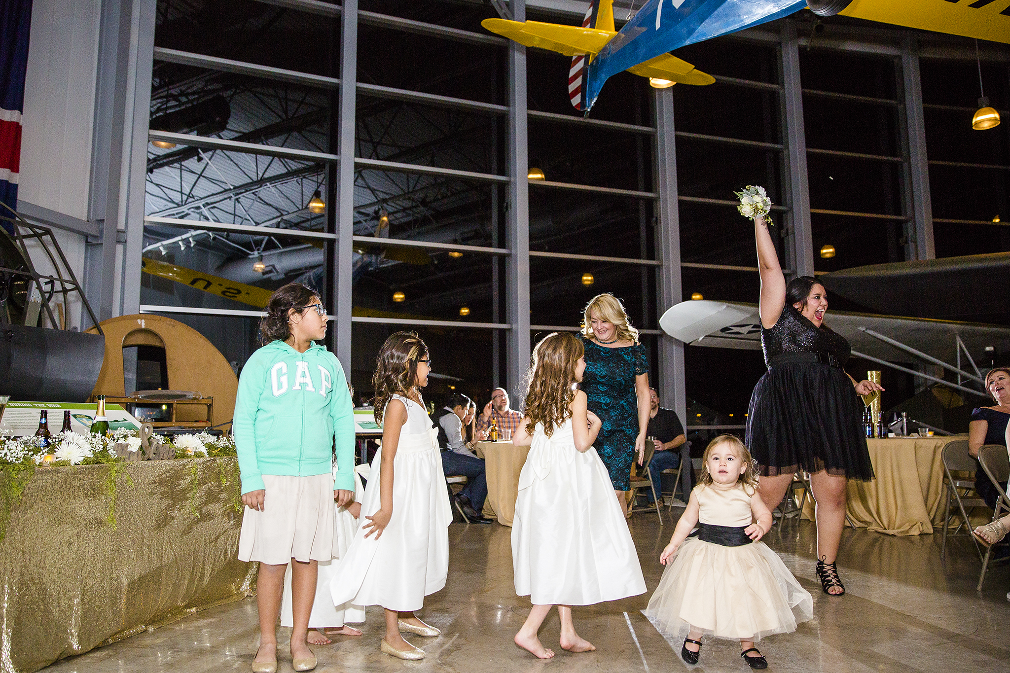 bouquet toss, single ladies, wedding reception