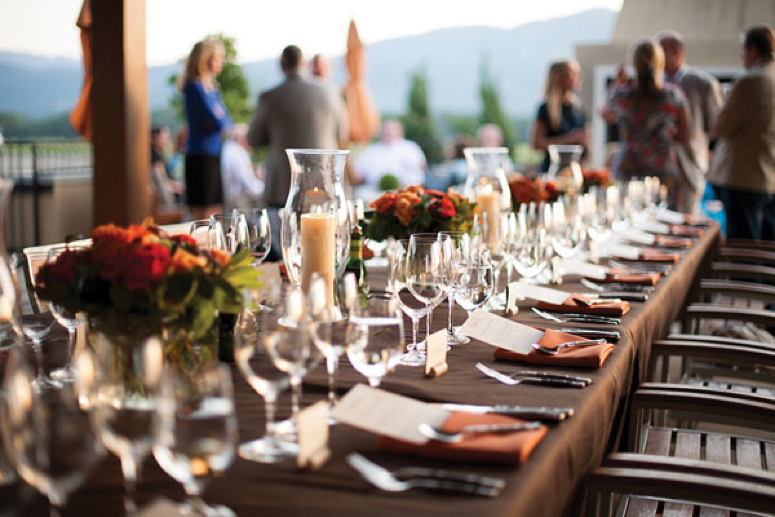 table-setting-for-outdoor-meal-at-corporate-retreat