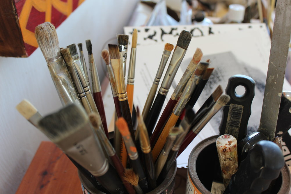 paint-brushes-in-artist-studio-in-napa-valley