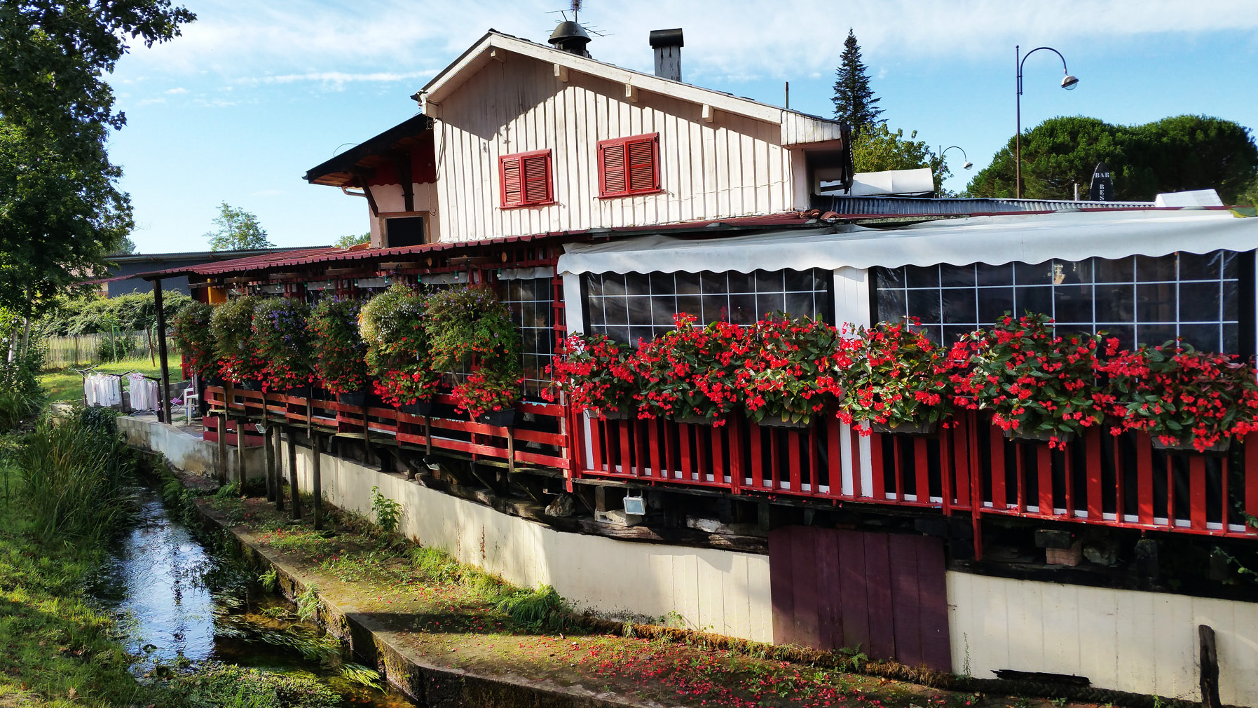 SOI55_TRAVEL_FRENCH_TOWN_FLOWERS_RED