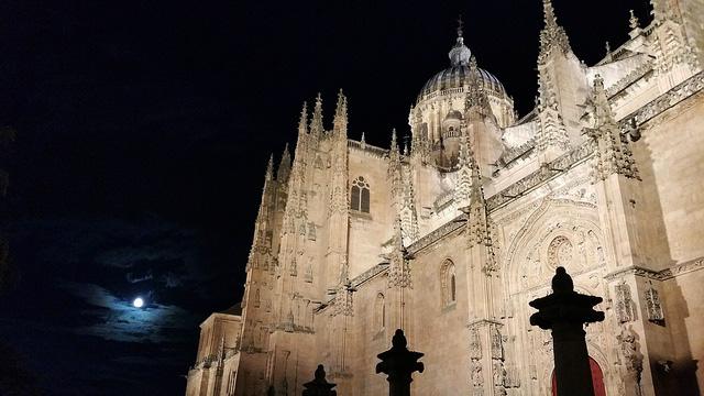 Soi_55_travel_blog_spain_salamanca_catherdral_full_moon_lights_night
