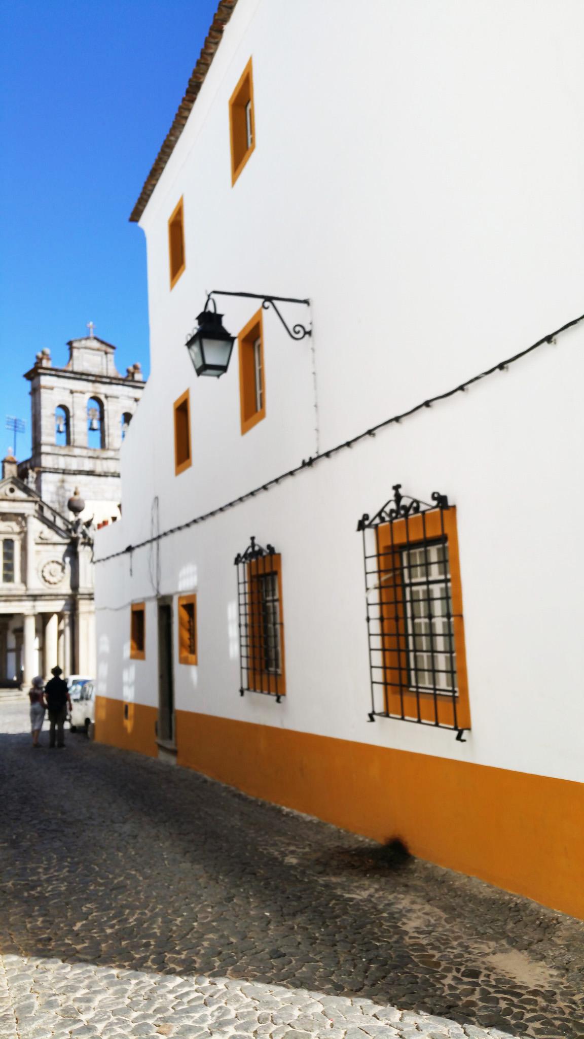 soi55_travel_blog_portugal_evora_architecture_colour_tall