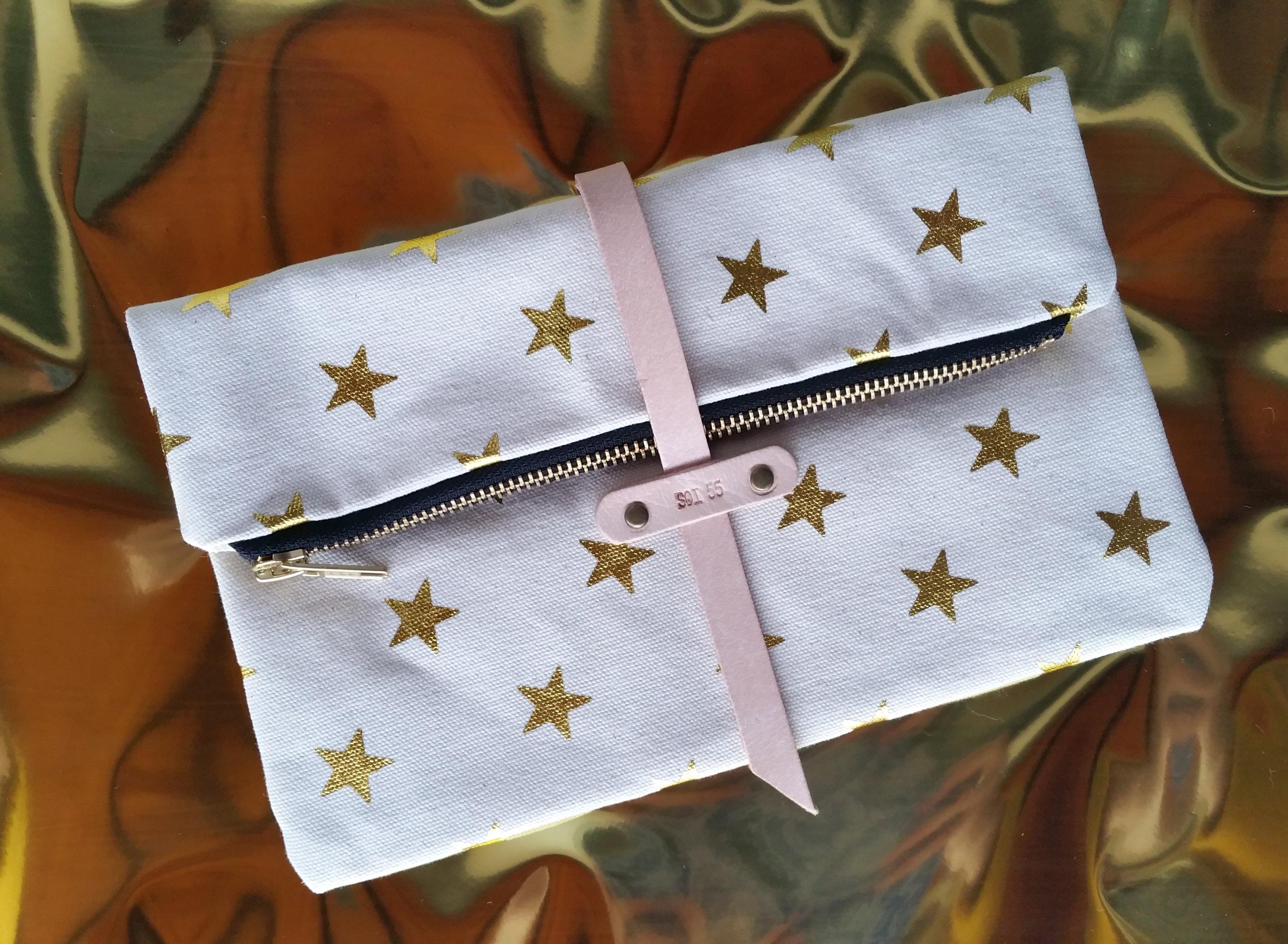 soi 55 lifestyle star trend - como foldover clutch purse in metallic gold star print