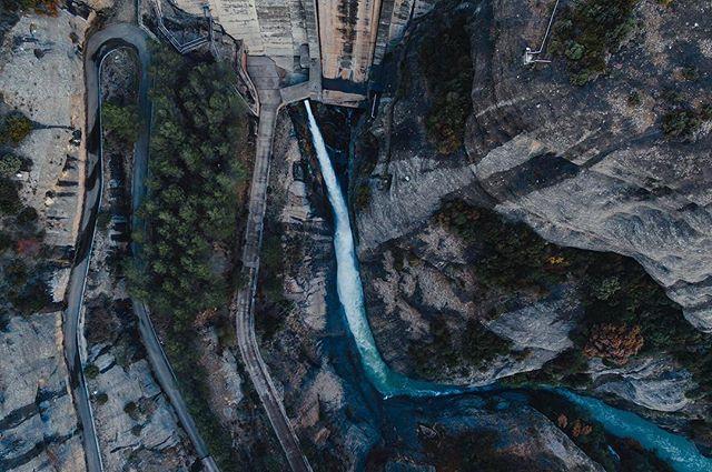 Vadiello 💧⛰ www.elcuervoblanco.es. . .  #ecb #drone #elcuervoblanco #instadrone #water #dji #mavicpro #mavic #dronestagram #dronepic #dronephotography #landscape #landscapephotography #agua #reservoir #art #outdoors #field #nature #picture #dronepilot #dronefly #dronelife #aerialphoto #sky #aerialphotography #coventry #spain #españa
