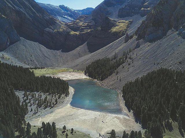 Basa de la Mora 🏔 / Ibón de Plan🏔 www.elcuervoblanco.es. . .  #ecb #drone #elcuervoblanco #instadrone #water #dji #mavicpro #uav #travelphotography #dronestagram #dronepic #amzdronepics #dronephotography #landscape #shotzfromthesky #landscapephotography #agua #mountain #river #outdoors #nature #picture #dronepilot #pirineos #aerialphoto #aerialphotography #huesca #aragon #spain #españa