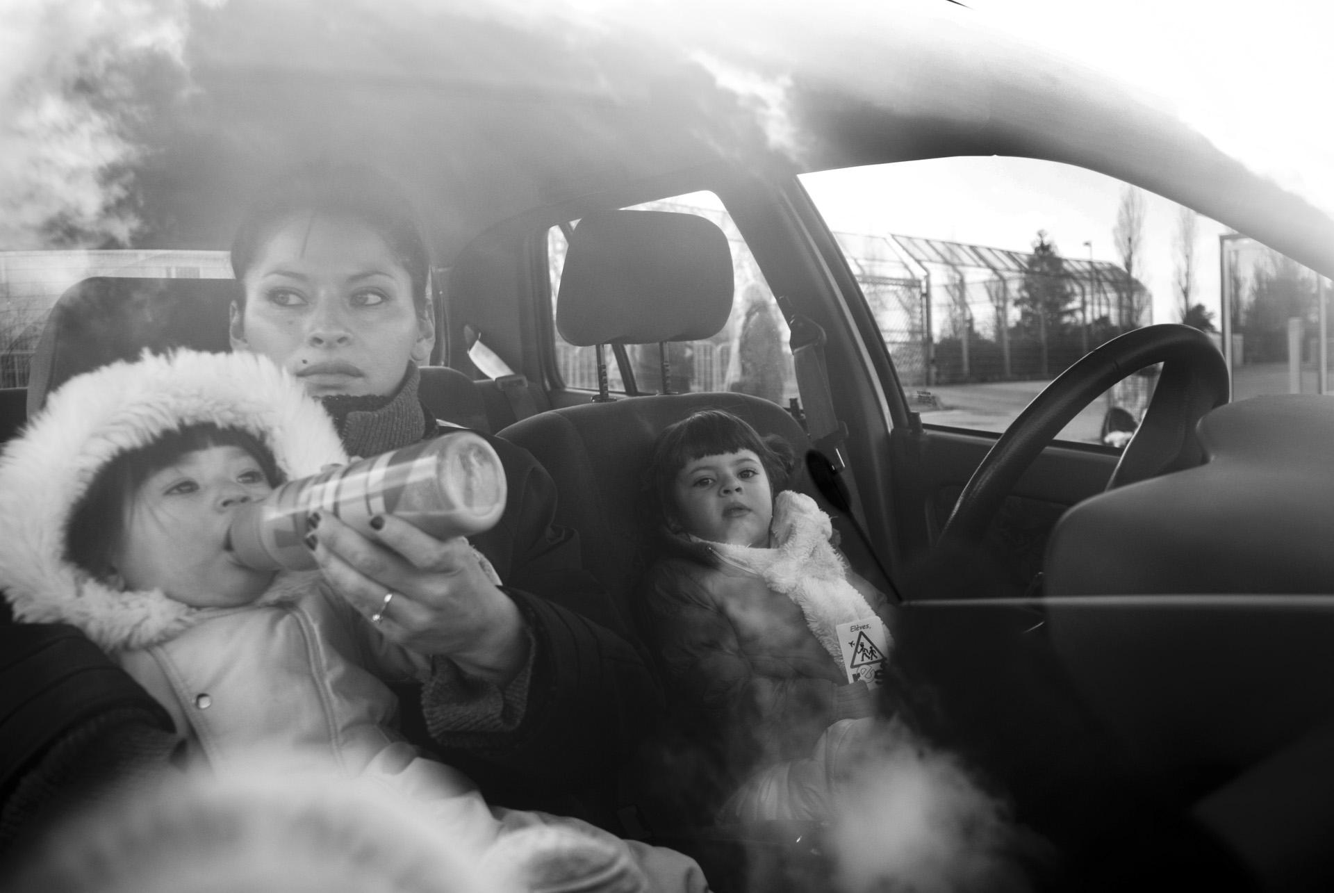 RESF DEVANT LE CENTRE DE RETENTION AVEC ANGELA CUBILLOS ET SES QUATRE ENFANTS QUI SONT VENUS VISITER CARLOS, SON CONJOINT COLOMBIEN ENFERME AU CRA DEPUIS DIX HUIT JOURS.