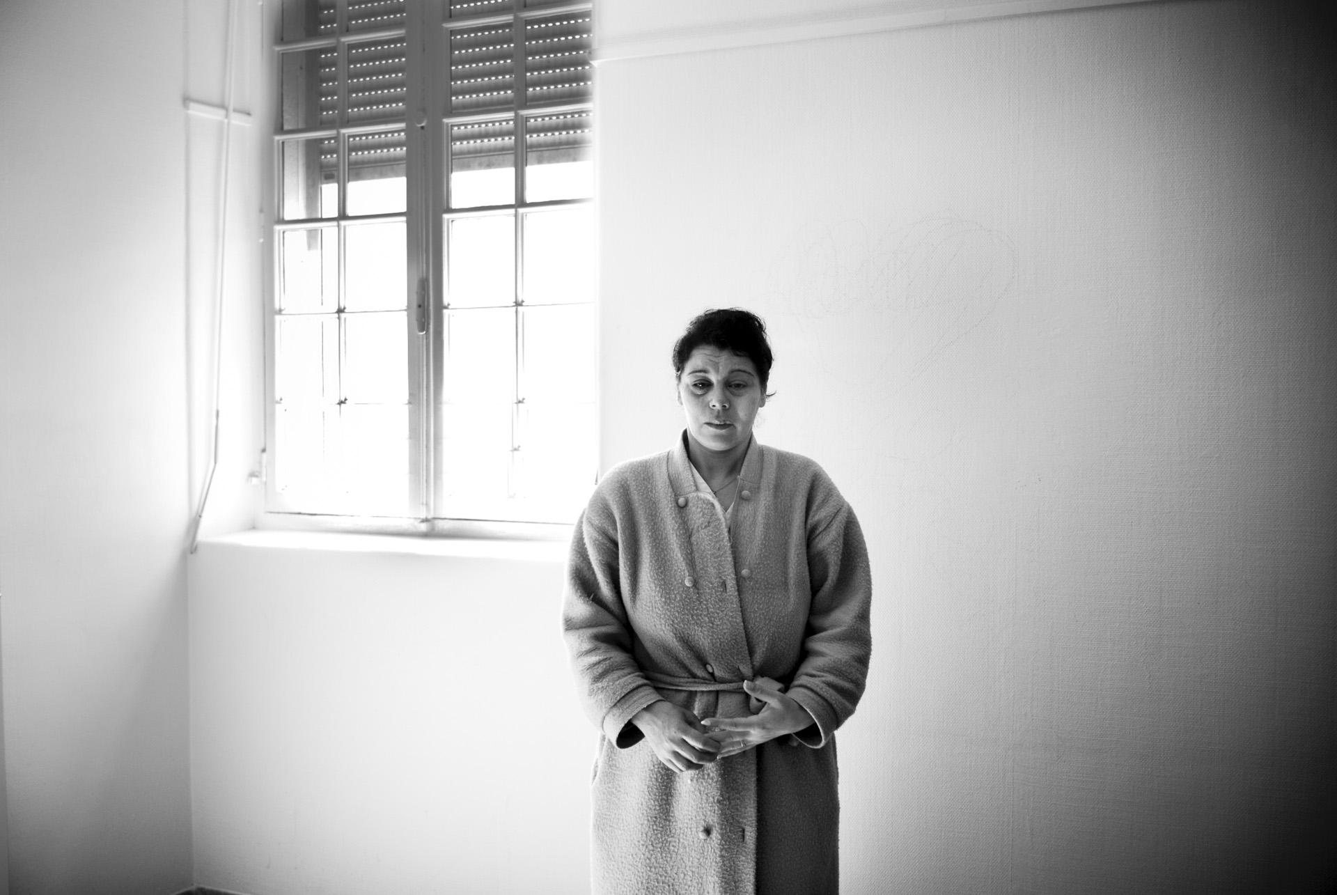 COMMUNIQUE  Mme Terfas Aïcha, après 2 jours de rétention, fini à l'hôpital aux urgences psychiatriques. Mme  Terfas est une petite dame toute fluette, jolie et discrète, à vue d'œil une cinquantaine d'années, à vue d'œil bien entourée, à vue d'œil sans histoire. Sauf qu'elle n'a que 37 ans, qu'elle a été abandonnée par ses parents, qu'elle n'est entourée que de médecins, qu'elle vient de passer deux jours en centre de rétention administrative, et que si elle sourit aujourd'hui, c'est de gêne et de timidité parce que que c'est la première fois de sa vie qu'elle ose demander de l'aide.  Mme Terfas est née en Algérie, son père l'a abandonnée et sa mère est morte lorsqu'elle avait 8 ans, elle a grandit et trouvé sa place dans un foyer qui a été détruit par les inondations de 2001.Elle est arrivée en France en 2002 avec son mari.Il a une carte de résident de 10 ans. Mme Terfas est restée sur le territoire français en toute légalité jusqu'en 2007.Elle a du subir de nombreuses hospitalisations suite à une fausse couche et des infections graves. A peine remise de sa deuxième opération, on lui a signifié qu'elle entrait dans l'illégalité par un refus de reconduite du titre de séjour et une Obligation de Quitter le Territoire Français remise le 03/09/2007.Son avocat, M. Uroz, a fait toutes les démarches nécessaires afin de s'y opposer.Mais les mesures d'éloignement ont été mises à exécution avant même le jugement au tribunal.La Police de l'Air et des Frontières est venue la chercher ce 10 avril 2008 au petit matin .Ou plutôt une femme en civil a sonné à sa porte. Des policiers se sont engouffrés.Ils ont fouillé chez elle, ils lui ont à peine laissé le temps de s'habiller, ils l'ont molestée, l'ont embarquée, et ne lui ont laissée aucune chance de comprendre ce qui lui arrivait.Lorsque Mme Terfas est passée devant le juge des libertés, elle tenait à peine debout, elle s'exprimait difficilem
