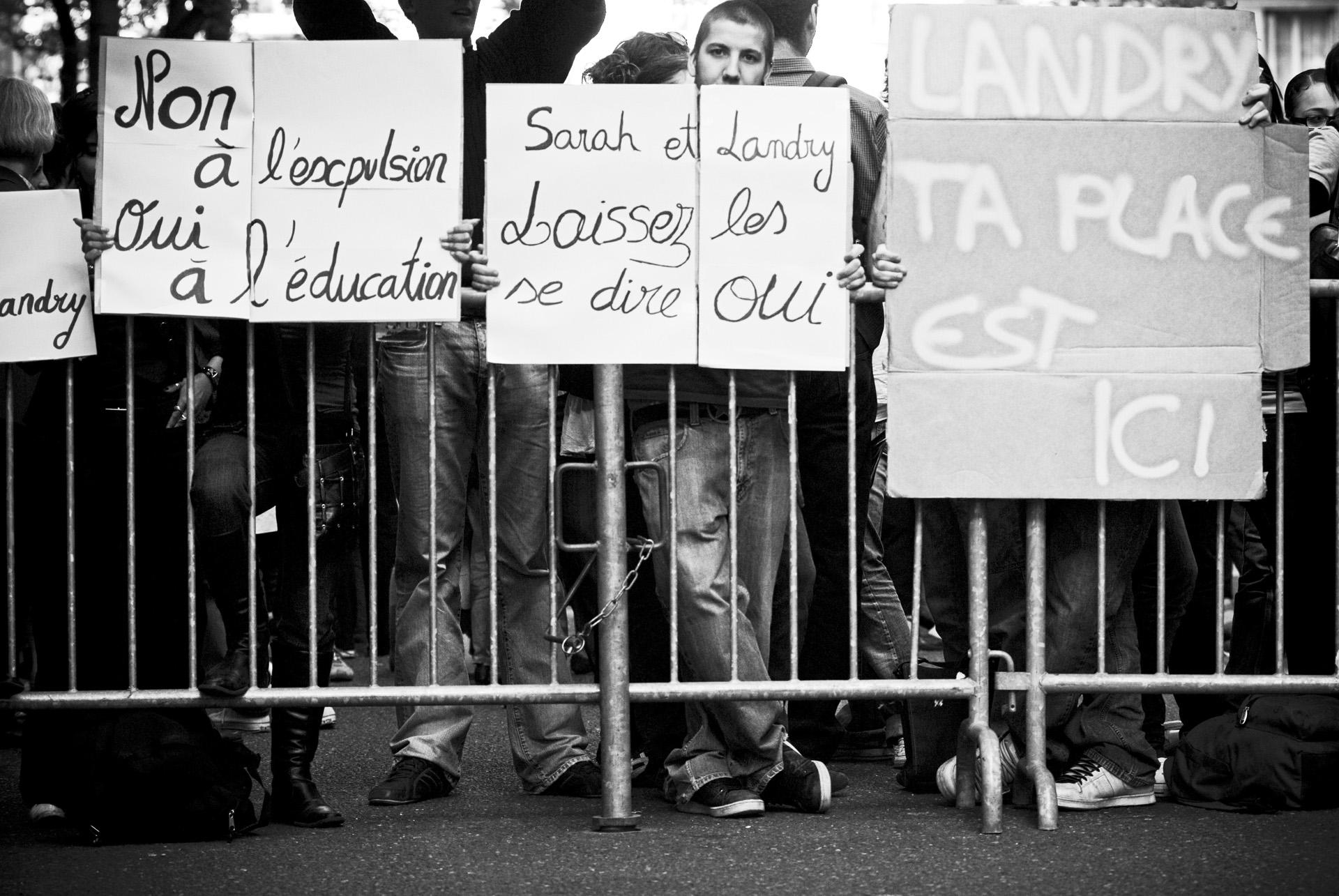 RESF RASSEMBLEMENT DEVANT LA PREFECTURE RUE DUNOIR POUR LANDRY