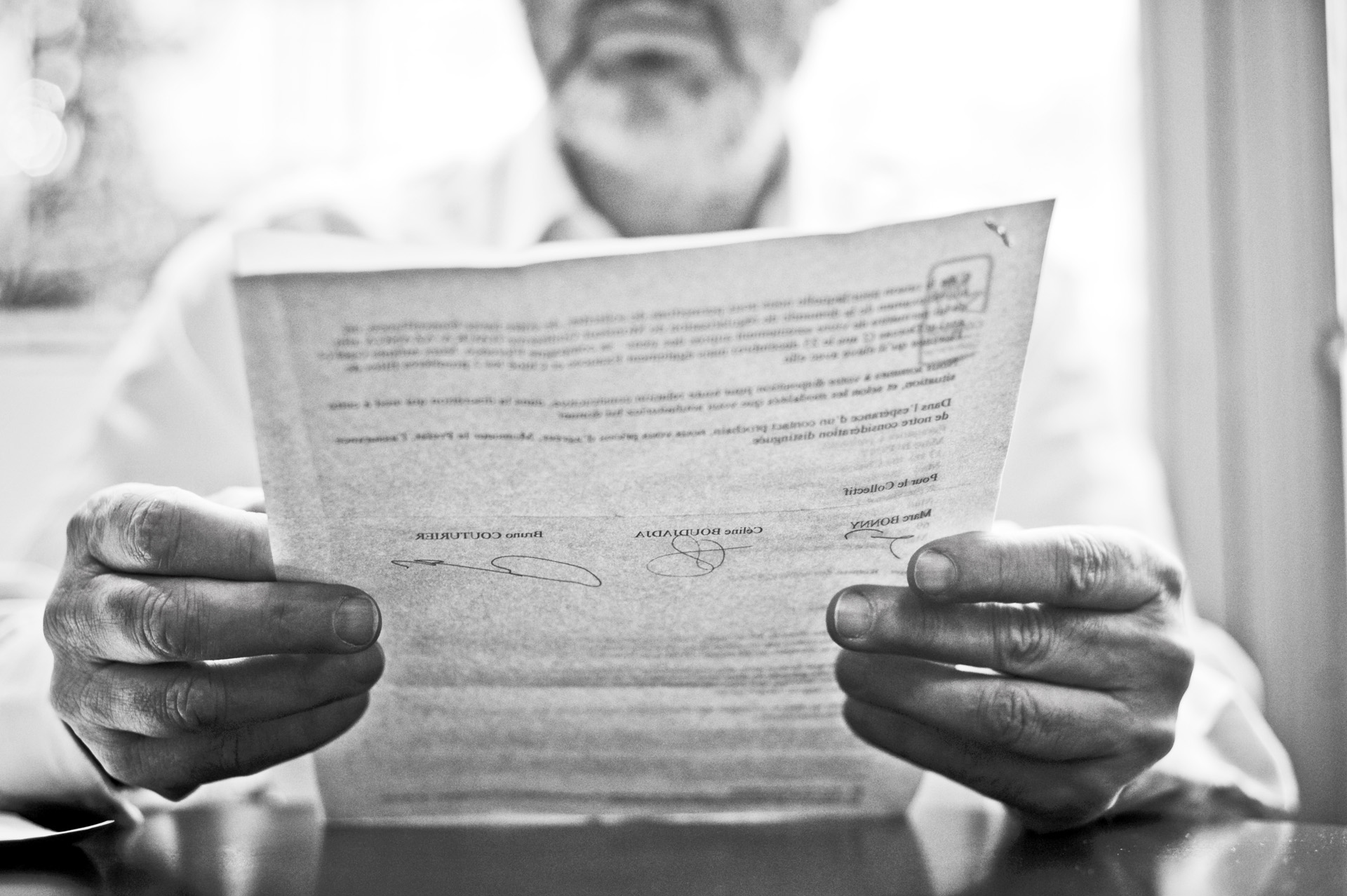 RESF GUILHERME REMISE DES LETTRES DE NOEL A LA PREFECTURE PAR MARC ET CELINE DU COLLECTIF DE SOUTIENPLUS DE 3000 LETTRES REMISES POUR DEMANDER UNE FOIS ENCORE LA REGULARISATION DE GUILHERME.LYON LE 23 DECEMBRE 2010(C) B. GAUDILLERE / ITEM TOUS DROITS RESERVES